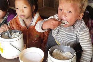 Xót xa cảnh học sinh miền núi bé tí tẹo ăn hết cả âu cơm trắng to đùng mà vẫn đói cồn cào vì thiếu chất
