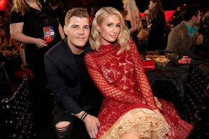 Paris Hilton sở hữu tài sản gấp trăm lần chồng sắp cưới