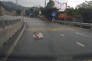 Clip: Bất bình với bà mẹ để con bò lổm ngổm trên đường cao tốc