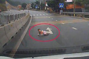Hoảng hồn cảnh em bó bò lổm ngổm trên cao tốc Quảng Ninh
