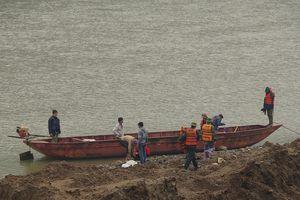 Mở rộng vùng tìm kiếm 3 người mất tích trên sông Hồng giáp biên giới Trung Quốc
