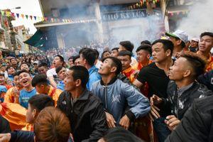 Hàng trăm thanh niên tranh giành đầu pháo ở Lạng Sơn