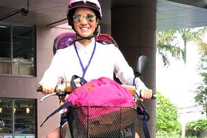 Hot Face sao Việt 24h: Hồng Nhung lái xe máy đưa con đến trường
