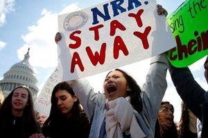 Hàng ngàn học sinh Mỹ xuống đường kêu gọi kiểm soát súng đạn