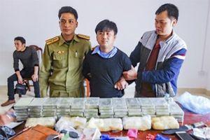 Điện Biên: Bắt 3 người Lào mang 60 bánh heroin cùng vũ khí quân dụng