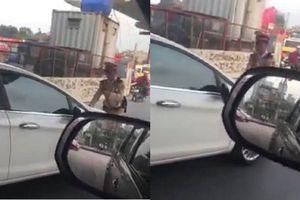 Nữ tài xế nhấn ga đẩy lùi CSGT khi bị yêu cầu dừng xe vì vượt đèn đỏ