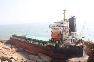 Phá dỡ con tàu nước ngoài bị mắc cạn trong vùng biển Quy Nhơn