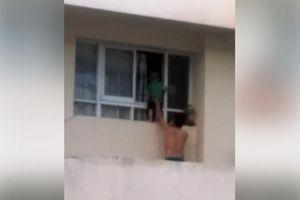 Trẻ trèo ra cửa sổ lầu 11 gọi mẹ