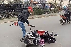 Người đàn ông dùng dao chém vào xe, nghi do mâu thuẫn với vợ