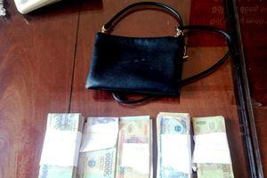 Khen thưởng thầy giáo nhặt gần 90 triệu đồng tìm người trả lại