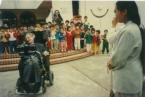 Chuyện ít biết về con gái nuôi người Việt của Stephen Hawking