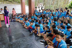 Hơn 100 học sinh trường Phượng Hoàng về thăm quê Bác