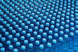 Nước đóng chai của nhiều thương hiệu nổi tiếng trên thế giới bị lẫn các hạt nhựa
