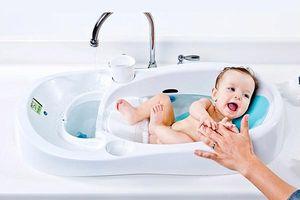 Tắm cho trẻ sơ sinh bằng gì là tốt nhất để bé không bị mụn nhọt, rôm sảy?