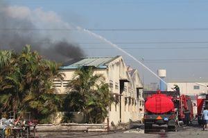 Nỗ lực dập lửa tại kho, xưởng của công ty dệt