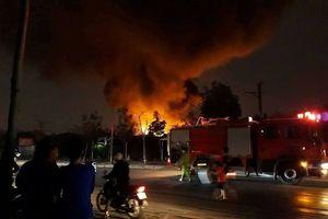 Triều Khúc (Hà Nội): Xưởng nhựa bốc cháy dữ dội trong đêm