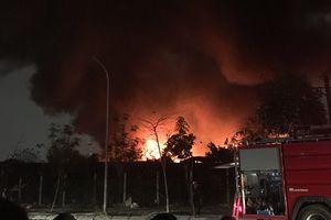 Cháy xưởng nhựa trong đêm, khói lửa bao trùm cả một vùng trời