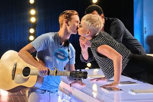 Thí sinh bị giám khảo Katy Perry hôn 'trộm' tại Thần tượng âm nhạc Mỹ
