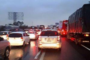 Nhiều xe ô tô gặp nạn trên cao tốc Pháp Vân - Cầu Giẽ khiến giao thông ách tắc
