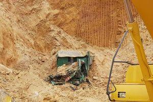 Hà Nội: Ai chịu trách nhiệm vụ sập mỏ đất trái phép khiến tài xế bị vùi lấp tử vong