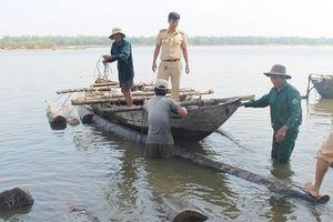 Nhấn chìm hàng chục cây gỗ xuống sông để trốn cảnh sát