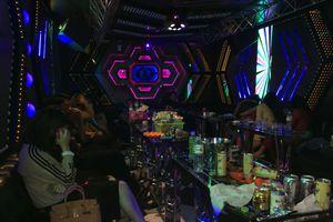 Đột kích quán karaoke ở đất Cảng, hơn 40 'dân chơi' đang quay cuồng trong tiếng nhạc chát chúa