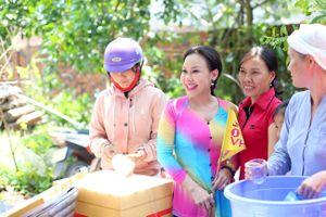 VIệt Hương làm từ thiện để tưởng niệm mẹ hiền quá cố