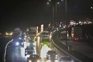 Cao tốc cửa ngõ Hà Nội ùn tắc suốt 8 giờ vì 4 vụ tai nạn