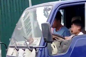 Sốc clip người đàn ông dạy bé trai lái xe tải trên phố