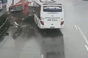 Khoảnh khắc ô tô khách tông xe cứu hỏa ở Pháp Vân-Cầu Giẽ