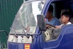 Tài xế cho bé trai lái xe tải bị phạt 8 triệu đồng 