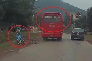 Clip: Xe khách vượt kiểu 'giết người', ép xe máy ngã văng vào vệ đường