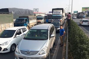 Xe ben lật nghiêng trên cao tốc Pháp vân, giao thông tê liệt