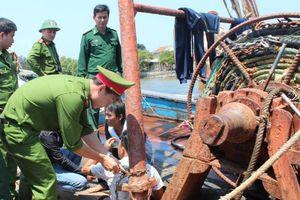 Quảng Ngãi: Phát hiện và giải cứu 4 ngư dân bị bắt, xích trói trên 2 tàu cá