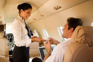 Bạn sẽ không bao giờ uống cà phê trên máy bay sau khi biết lý do này
