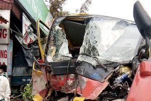 Clip: Kinh hoàng xe cứu hộ tông đuôi xe tải đi xa nhiều mét