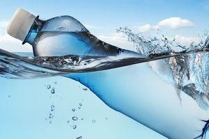Phát hiện hạt nhựa trong nước đóng chai của các hãng lớn: Nhà sản xuất nói gì?