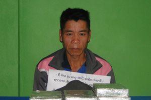 Bắt giữ kẻ xách 10 bánh hêroin tìm cách vào Việt Nam