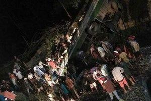 Ôtô mất phanh lao xuống vực sâu, 40 người thương vong