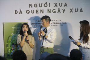 Nhà văn Anh Khang miệt mài ký tặng độc giả đến nửa đêm tại Hội sách