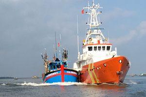 Cứu 10 ngư dân gặp nạn trên biển do thời tiết xấu