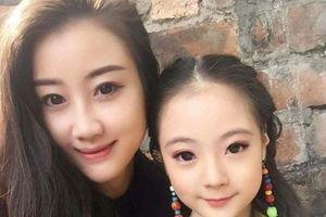 Mẹ trẻ đăng ảnh 'than trách' con gái giống dì, dân mạng rần rần thích thú trước vẻ đẹp của 2 dì cháu