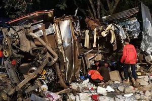 Thái Lan: Xe buýt 2 tầng tông xe tải, ít nhất 18 người chết
