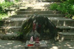 Lạ kỳ hòn đá thần 'phá' sóng điện thoại trong ngôi cổ tự ở Bình Dương