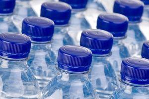 Nước đóng chai có hạt nhựa: Cơ quan chức năng lấy mẫu kiểm nghiệm