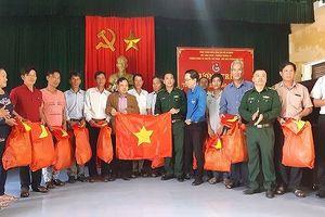 Huế: Tặng cờ Tổ quốc cho ngư dân vươn khơi bám biển