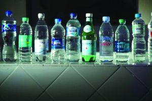 Nước uống đóng chai có những hạt nhựa li ti