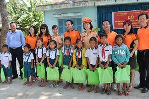 Tặng 500 phần quà cho học sinh tại tỉnh Sóc Trăng