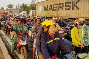 Xa lộ Hà Nội kẹt xe nghiêm trọng, giao thông hỗn loạn