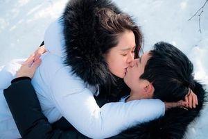 Sao Hàn 27/3: Mỹ nhân U40 Son Ye Jin hôn trai trẻ cực kỳ ngọt ngào